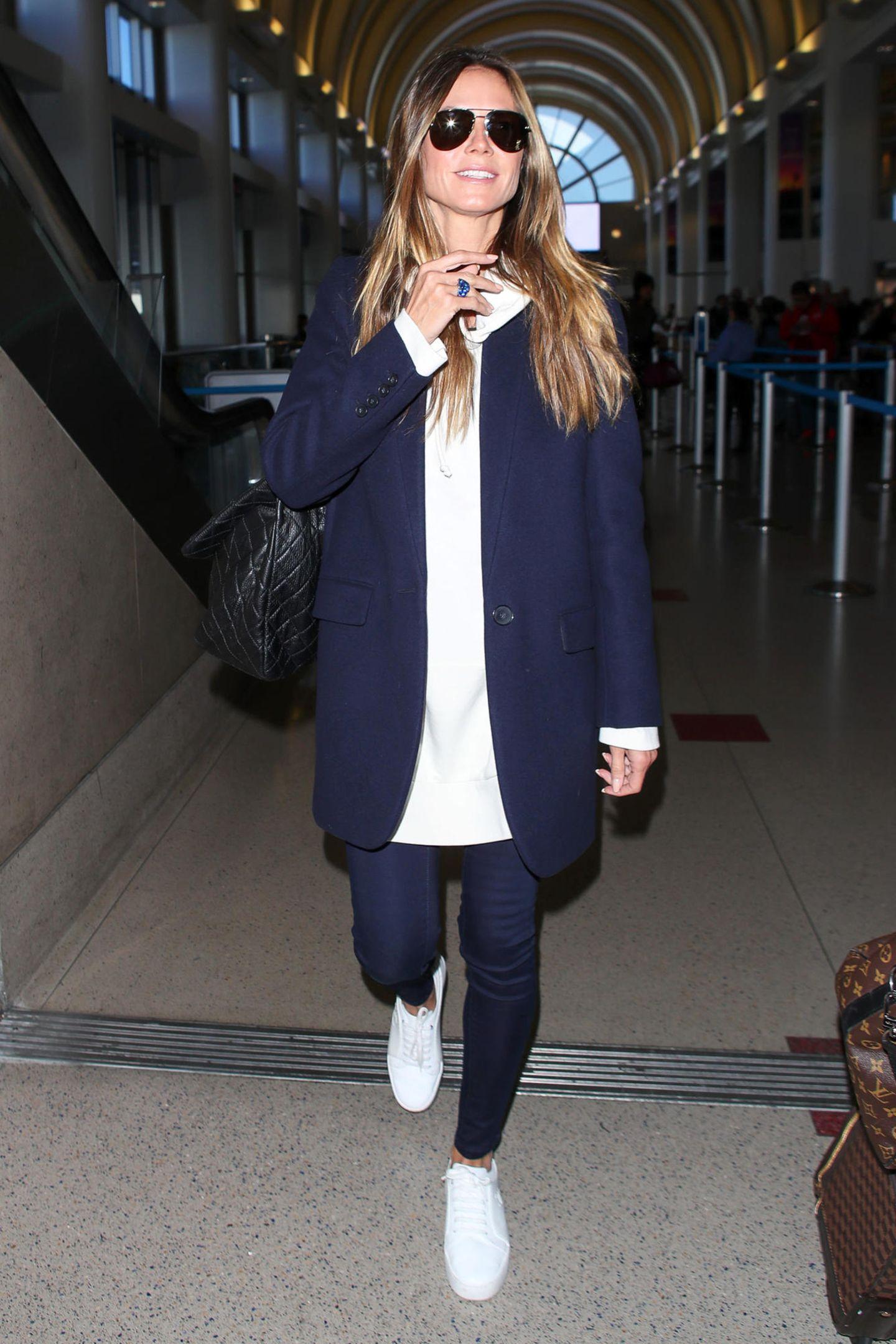 Dieser Mantel kommt uns doch verdächtig bekannt vor! Offensichtlich scheint Model Heidi Klum mit kleinem Gepäck unterwegs zu sein oder einfach ein neues Lieblingsteil zu haben, dass sie unbedingt von New York nach Los Angeles mitnehmen muss.