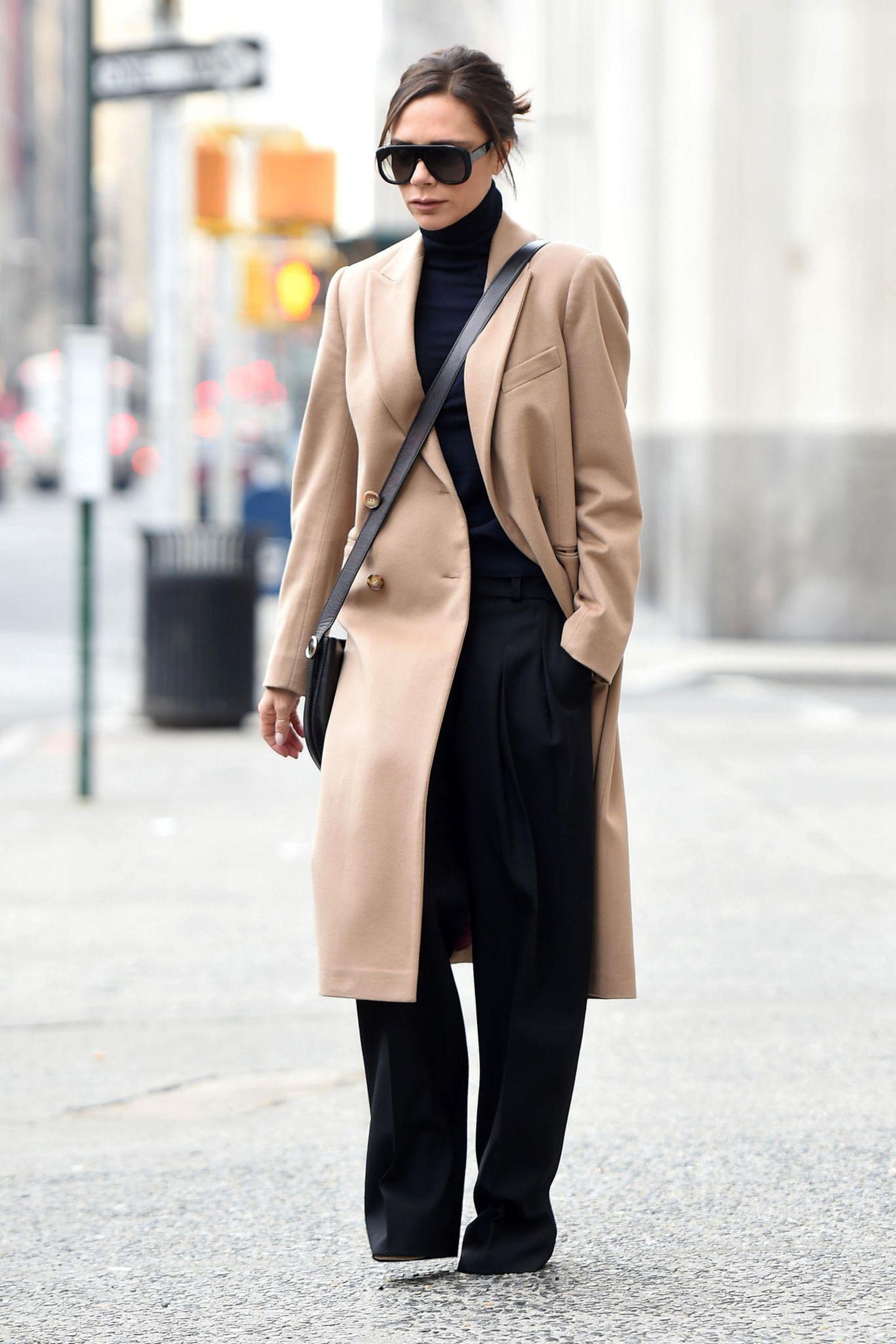 Auch wenn Oversize im Trend liegen mag - in diesem Outfit geht Stylequeen Victoria Beckham ziemlich unter.