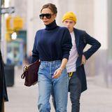 Style-Duell mit der Mutter? Geht Brooklyn Beckham lieber nicht ein und versteckt sich ganz schüchtern hinter seiner perfekten gestylten Mutter, die in Jeans und Rollkragen-Pullover toll aussieht.