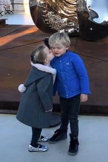 10. Februar 2018  ... einen liebevollen Schmatzer. Prinzessin Gabriella knutscht ihren Bruder Jacques auf die Wange.