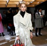 Bloggerin Caro Daur kam in Oversize-Trenchcoat zur Self-Portrait Show in New York.