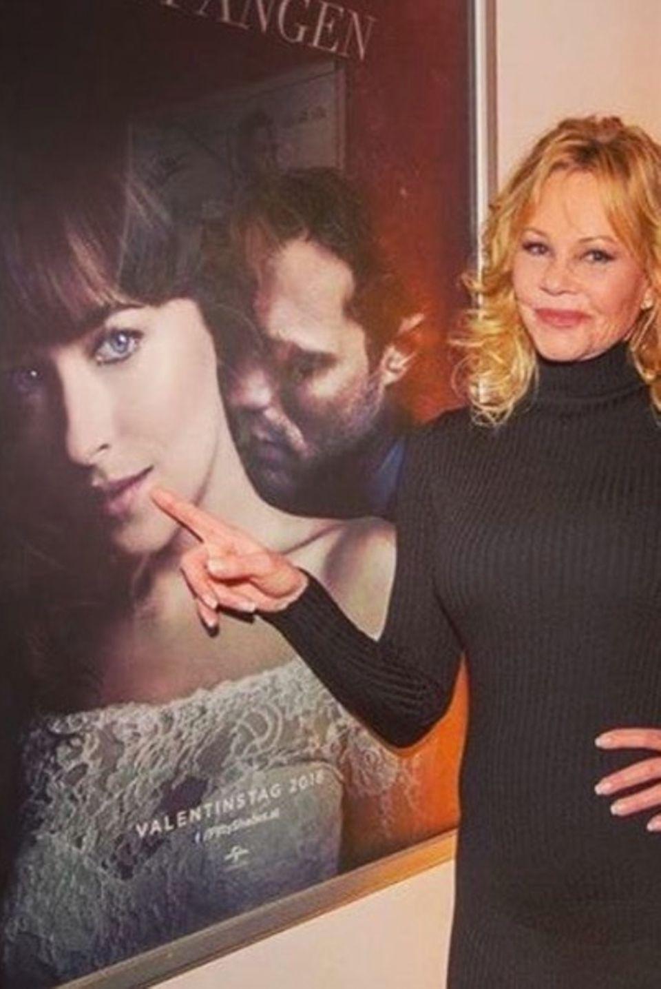 """""""Sie ist so schön"""", postet Melanie Griffith stolz. Die Schauspielerin zeigt auf das Filmplakat ihrer Tochter Dakota Johnson, die die Hauptrolle im Film """"Fifty Shades of Grey – Gefährliche Liebe"""" spielt."""