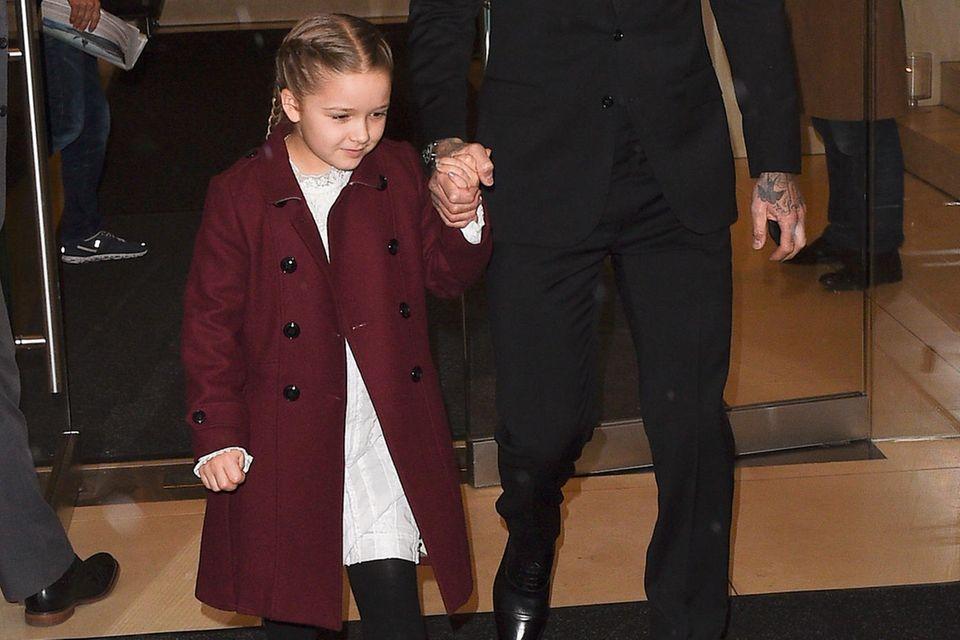 An der Hand von Papa David begibt sich Harper Beckham zur Modenschau ihrer Mutter