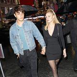 Gigis und Bellas Bruder Anwar Hadid ist mit seiner FreundinNicola Peltz auf dem Weg zur Alexander-Wang-Show.