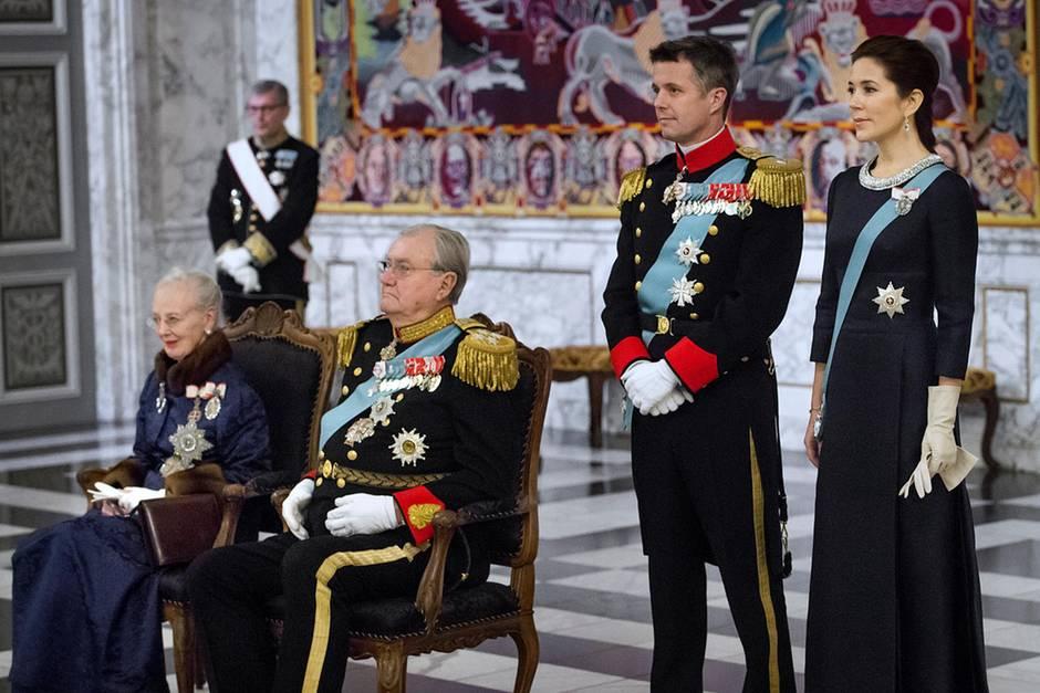 Prinz Henrik (2.v.l.) ist schwerkrank. Eine harte Zeit für ihn und Ehefrau Margrethe (l.), Sohn Frederik und Schwiegertochter Mary