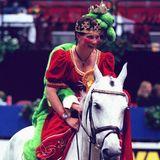Als Prinzessin mit ihrem Froschkönig zeigt sich Prinzessin Märtha-Louise bei der Osloer Pferdeshow 1999 ganz hoch zu Ross.