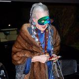 Königin hinter der (etwas verrutschten) Maske: Margrethe von Dämemark besucht Neujahrsfeier 2013 auf Strandvejen inkognito und im blauen Asia-Look.