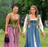 Bei den Feierlichkeiten zur Silberhochzeit von König Carl Gustav und Königin Silvia im Juni 2001 sind Prinzessin Victoria und Madeleine in ihren altertümlichen Kostümen mit Abstand die schönsten Hingucker.