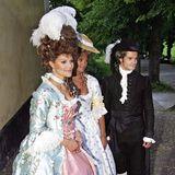 Abstreiten lässt es sich nicht, dass sich Victoria bei ihrer Robe an der französischen Königin orientiert hat. Ein solches Ballkleid trug Marie Antoinette nämlich schon im 18. Jahrhundert. Ihre Schwester, Prinzessin Madeleine, steht ihr bei der Geburtstagsfeier für Gustaf Magnuson jedoch in nichts nach. Auch sie schlüpft im August 2005 in ein Barock-Kleid. Prinz Carl-Philip hingegen hält sich farblich zurück, obwohl auch er in dunkler Kostümierung ordentlich was hermacht.