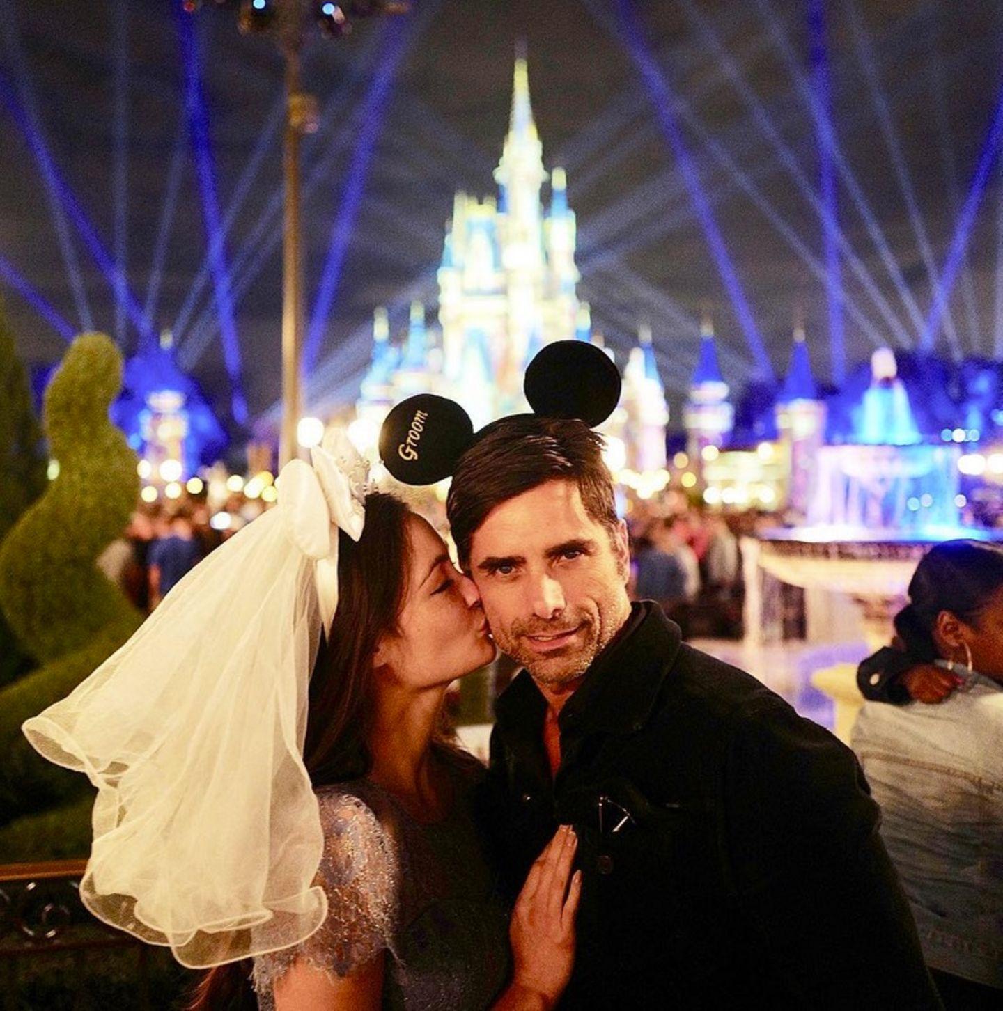 John Stamos + Caitlin McHugh  Das frischgebackene Ehepaar genießt seine Flitterwochen im Disneyland in Florida. Hintergrund:Den Antrag machte Stamos der 31-Jährigen zuvor in Disneyland.