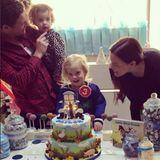 """Zum dritten Geburtstag ihres Sohnes Sailor präsentiert Mama Liv Tyler dem Geburtstagskind eine """"Little blue truck""""- Torte. Der Kleine scheint sich sichtlich darüber zu freuen. Lecker!"""