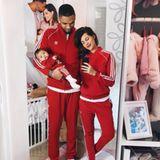 Ganz schön lässig: In roten Trainingsanzügen von Adidas geben Sarah Harrison und ihre Liebsten, Dominic und die kleine Mia Rose, das perfekte Familienbild ab.