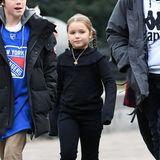 Auf dem Weg zur Eislaufbahn war Harper noch warm genug, um unter dem ihrem Mantel das schwarzes, sportliches Outfit mit einem Hauch von Rüschen zu zeigen.