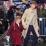 So schick trotz Schietwetter: Harper Beckham ist mittlerweile selbst Fashion-Profi wie ihre Mama Victoria und lässt sich von den New Yorker Regentropfen gar nicht aus dem Konzept bringen.