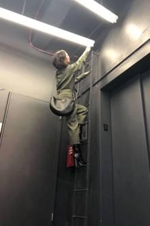 """Wenn gerade kein Handwerker zur Stelle ist, legt sie einfach schnell selbst Hand an - zumindest für ein lustiges Instagram-Posting. """"Ein ganz normaler Montag im Büro mit kleinen Wartungsarbeiten"""", schreibt Victoria Beckham zu diesem Schnappschuss. In hohen Boots und khakifarbenen Jumpsuit ist sie fast perfekt für den Job gekleidet."""