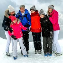 12. Februar 2018  Zu einem schönen Skiurlaub gehört ein schönes Erinnerungsfoto. Königin Mathilde und ihre Familie rücken näher zusammen.