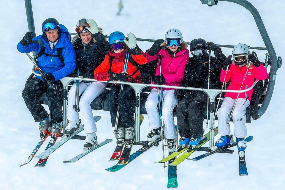 12. Februar 2018   Skipiste, wir kommen! Mit ihren Kindern Prinz Emmanuel, Prinz Gabriel, Prinzessin Éléonore und Prinzessin Elisabeth freuen sich Königin Mathilde und König Philippe über Skiferien in Verbier.
