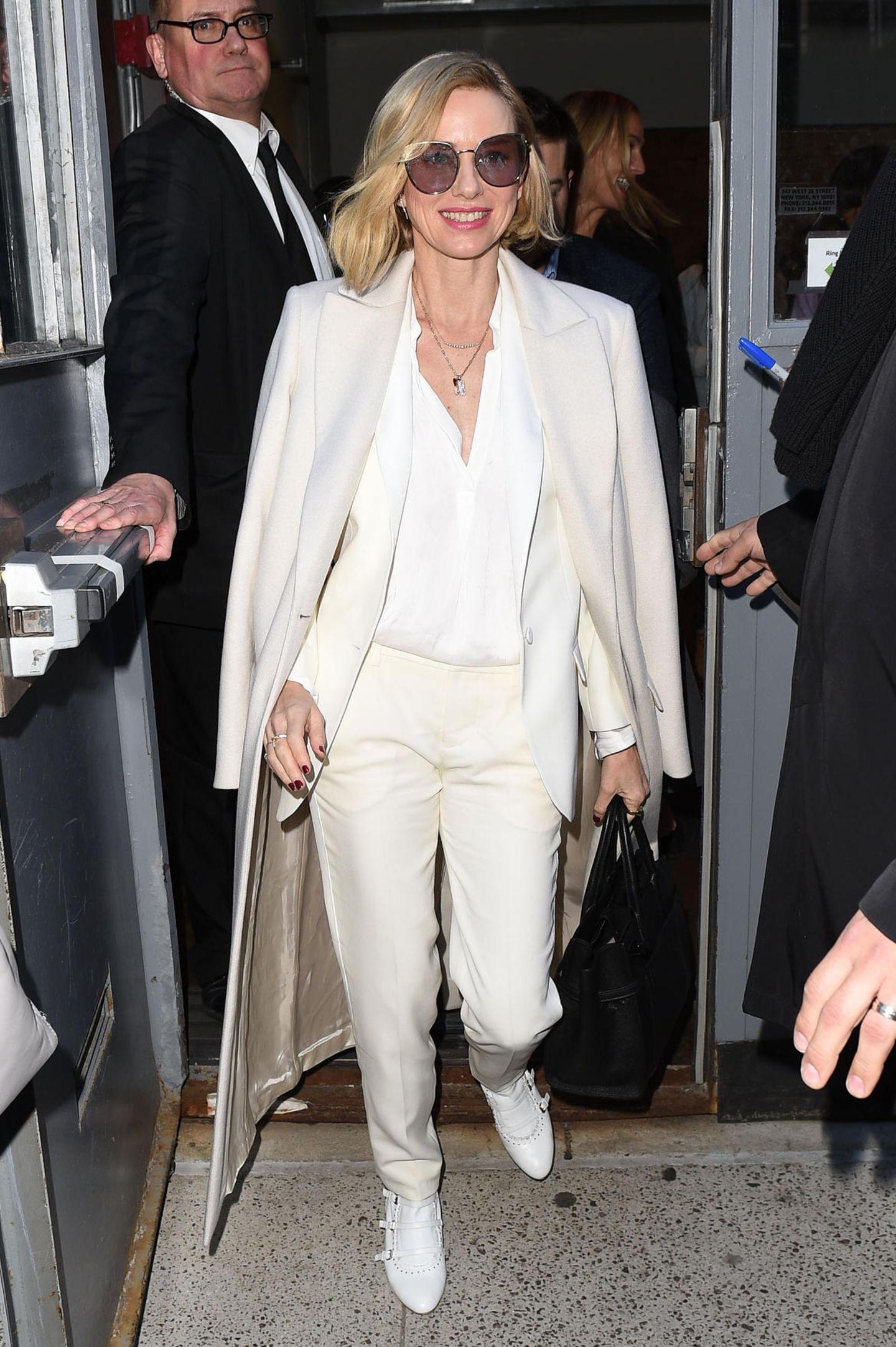 Cremefarbene Eleganz von Kopf bis Fuß zeigt Naomi Watts als Gast der Show von Zadig & Voltaire.