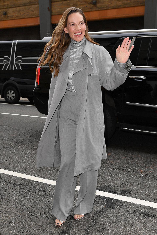 Star-Gast bei Ralph Lauren Hilary Swank ist im eleganten Seiden-Outfit alles andere als eine graue Fashion-Week-Maus.