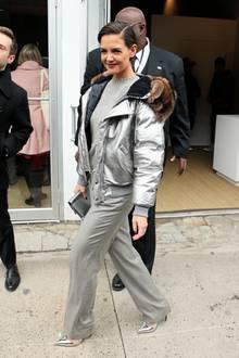 Silver Lady: Katie Holmes ist im metallischen Ralph-Lauren-Parka und passenden Pumps auf dem Weg zur Show des Star-Designers.