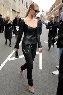 Ein echter Hingucker ist Rosie Huntington-Whiteley für die Gäste der Ralph-Lauren-Show im sexy Leder-Top mit weitem Ausschnitt.