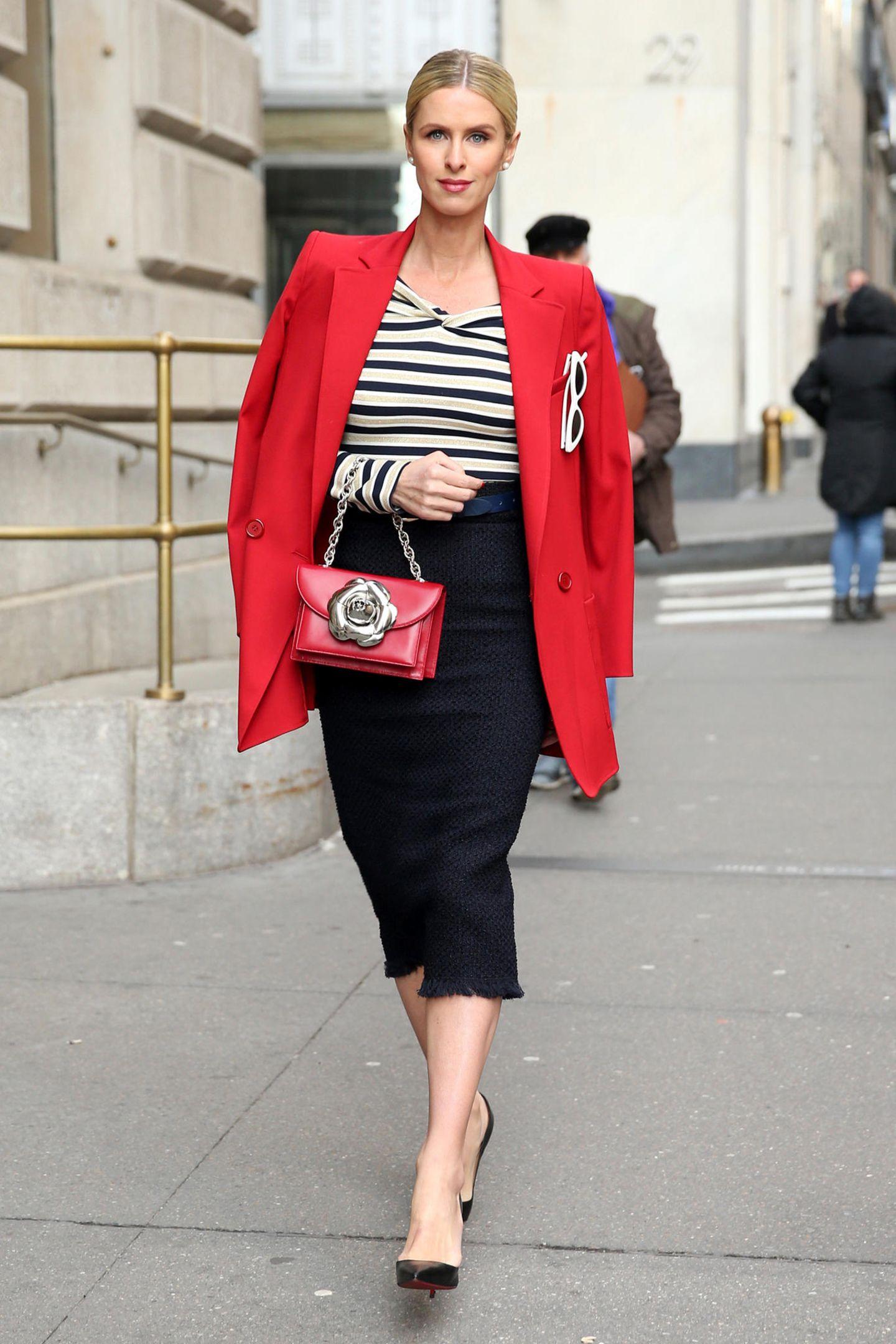 Nicky Hilton, gerade auf dem Weg zur Fashion-Show von Oscar de la Renta im Cunard Building, präsentiert New Yorker Eleganz mit maritimen Flair in Rot, Schwarz und Weiß.