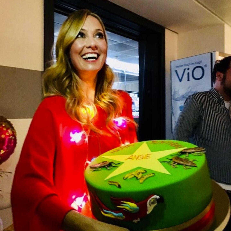 """Zu ihrem 38. Geburtstag am 2. Februar erhält die Moderatorin Angela Finger-Erben von dem RTL """"Ich bin ein Star- Holt mich hier raus""""- Team eine Dschungel-Torte."""