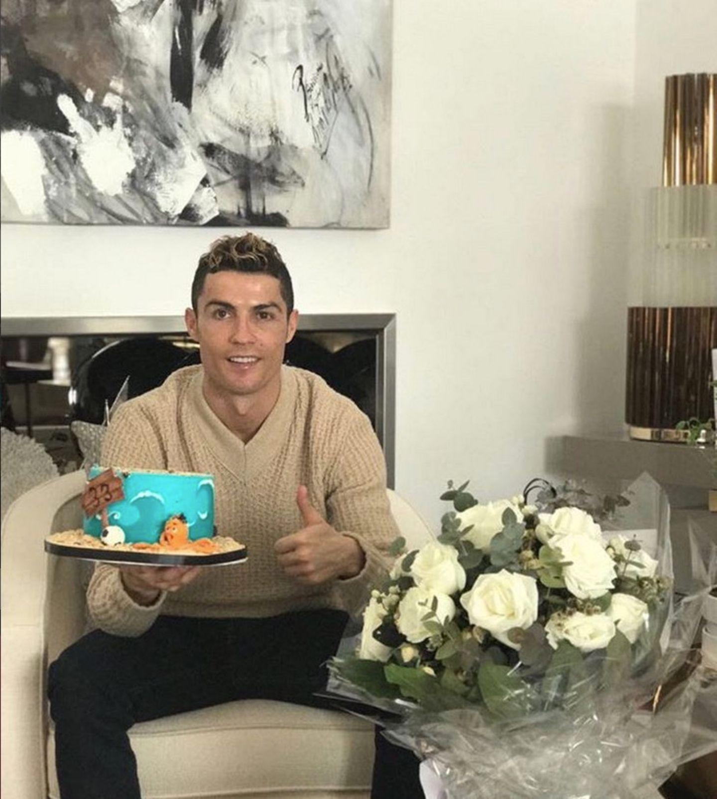 Happy Birthday Cristiano Ronaldo! Der Fußball-Star feiert seinen 33. Geburtstag. Stolz präsentiert er seine Geburtstagstorte.