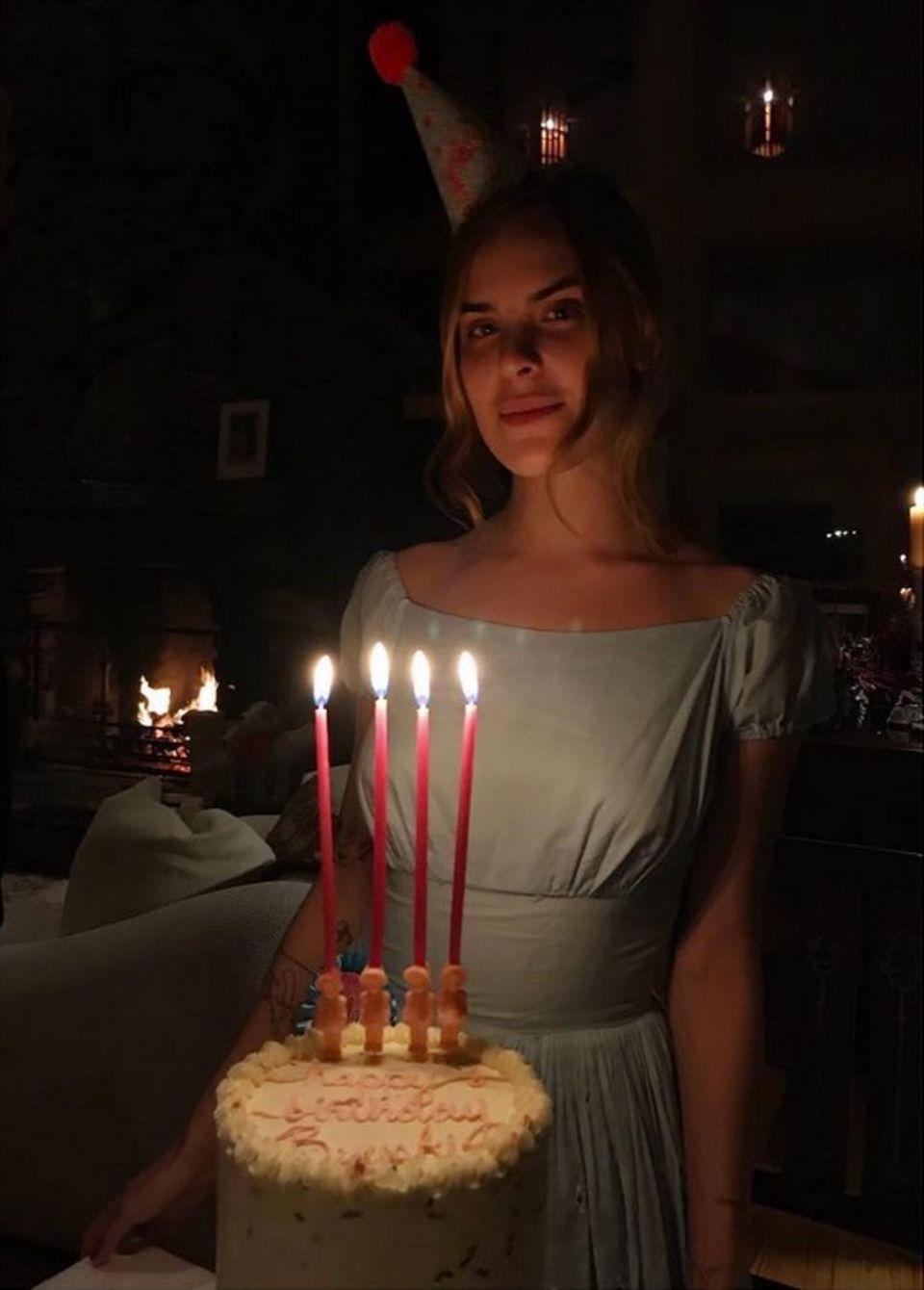 """Zu ihrem 24. Geburtstag erhält die jüngste Tochter von Demi Moore einen Traum aus Sahne. Dazu postet die ältere Schwester Rumer Willis """" Ich kann nicht glauben, dass diese Göttin meine Schwester ist. Ich bin so geehrt und dankbar, sie zu kennen, von ihr zu lernen, sie wachsen zu sehen, für unsere Freundschaft, ich fühle mich wie der glücklichste Mensch am Leben, um so eine besondere schöne Seele in meinem Leben zu haben. Du bist ein Geschenk und ein Licht in meiner Liebe, meine Liebe. Höre nie auf zu leuchten. Du bist mein Licht"""". Schöner kann es Liebesgeständnis an die Schwester wohl kaum sein."""
