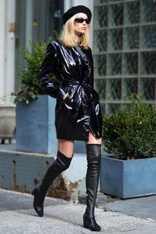 """Kaum läuft der finale Teil von """"50 Shades of Grey"""" im Kino, da bricht auch schon ein sexy Trend los. Alle It-Girls schwören nun auf Latex in allen Formen. Elsa Hosk greift zum Beispiel zum schwarz glänzenden Mantel."""