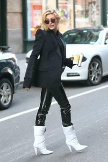 Wie bereits Rosie schlüpft auch Hailey Baldwin in eine schwarze Latex-Hose und weiße Stiefel. Sie macht aus dem Ensemble allerdings einen heißen Business-Look.