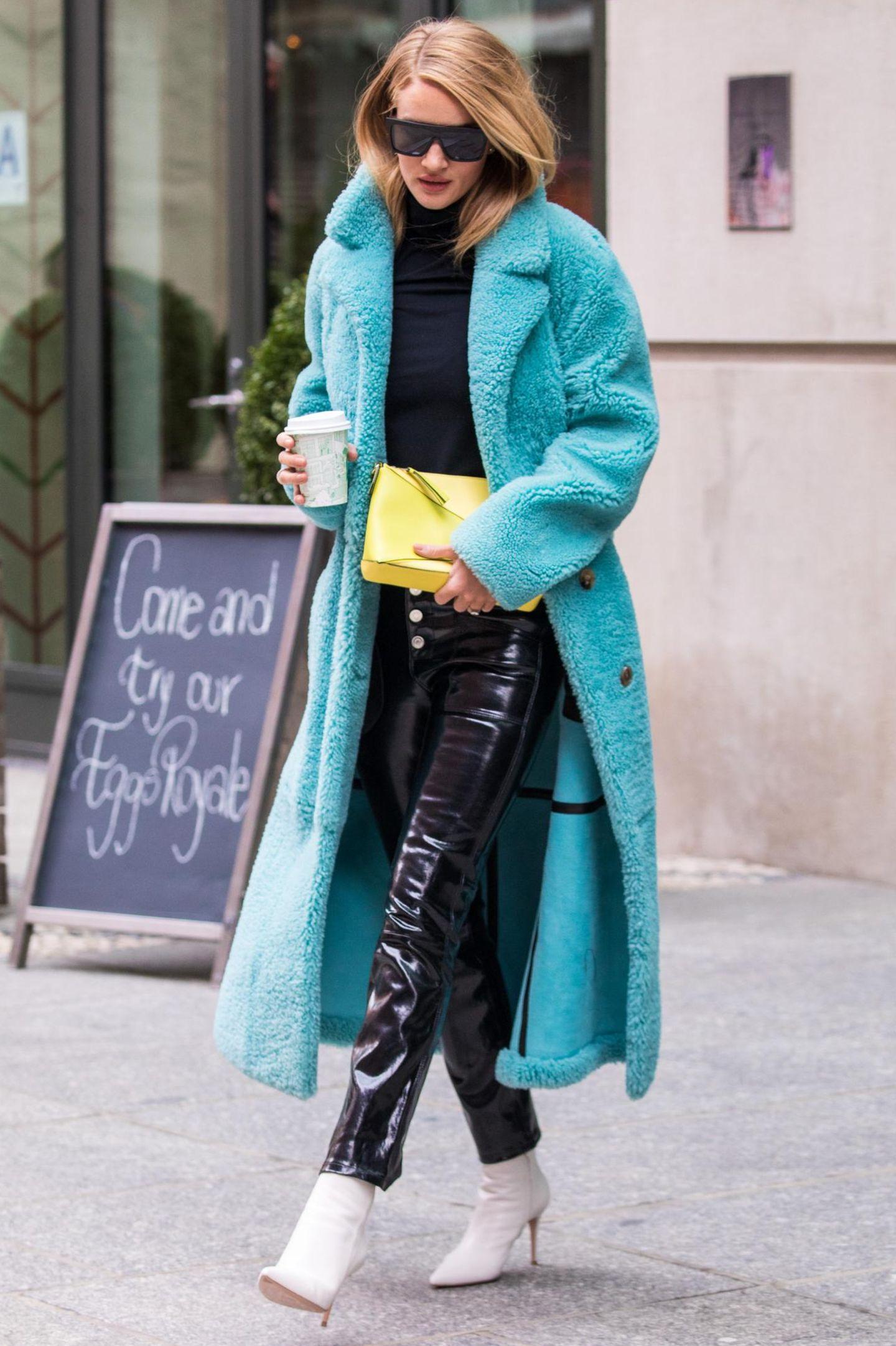 Rosie Huntington-Whiteley wählt hingegen eine Latex-Hose zielt in Kombination mit einem Teddy-Mantel auf einen coolen Material-Mix ab.