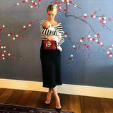 Zum allerersten Mal zeigt Nicky Hilton ihre Tochter Teddy Marilyn auf Instagram. Vor knapp zwei Monaten ist die Blondine wieder Mutter geworden und beweist mit diesem Look einmal mehr, was für eine stylische Mami sie ist. Beinahe lenkt ihre rote Oscar de la Renta Handtasche von der kleinen Teddy ab.