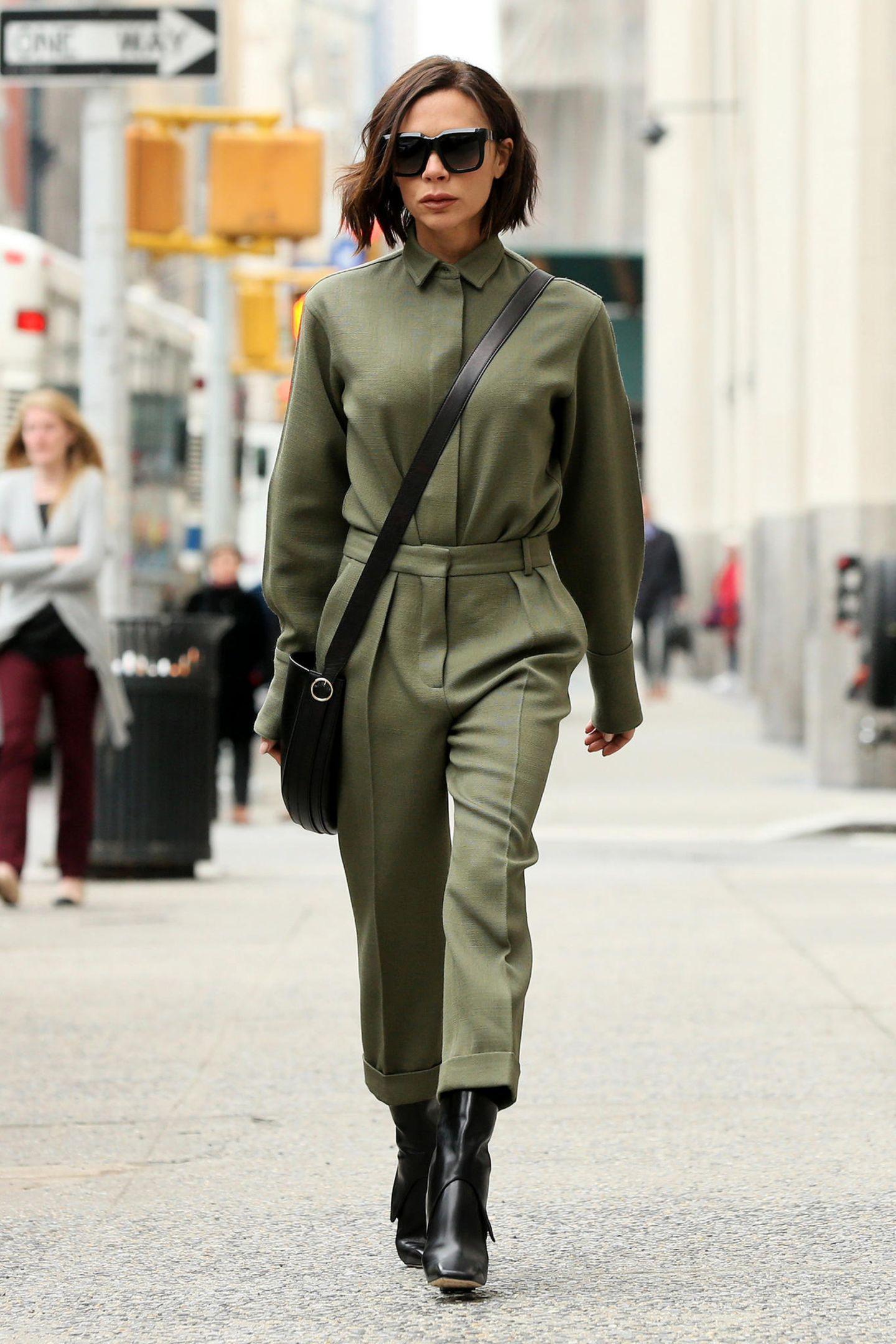 Den Tag nach der Präsentation ihrer neuen Kollektion begeht Star-Designerin Victoria Beckham im stylisch eleganten Military-Look und ausnahmsweise auch mal wieder mit offen getragenem Bob-Haarschnitt. Sehr schick, Vic!