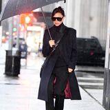 Dunkle Farben eignen sich nicht unbedingt dafür, die Stimmung bei grauem New Yorker Regenwetter zu heben. Wenn man dabei aber so elegant und gleichzeitig lässig aussieht wie Victoria Beckham, ist das völlig egal.