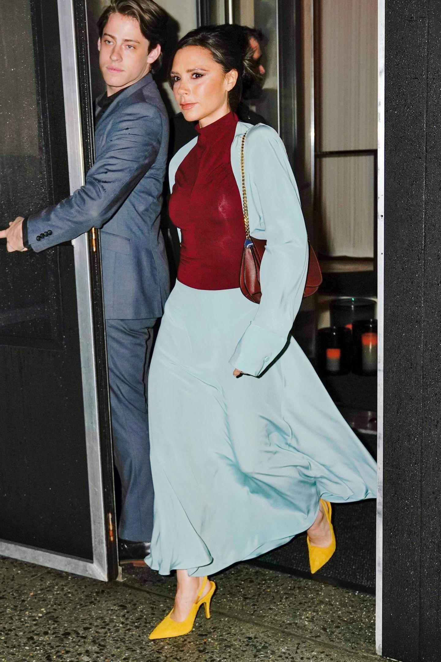 Erst einmal ist der Fashion-Week-Stress für Victoria Beckham vorbei, und den Abend nach der Show genießt die Designerin im hellblauen Seiden-Ensemble, rubinrotem Oberteil und sonnengelben Sling-Pumps.