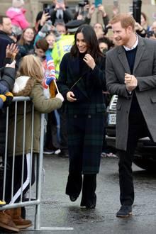 13. Februar 2018  Überall wo sie hingehen, versammeln sich die Massen: Meghan Markle und Prinz Harry freuen sich über den herzlichen Empfang vor dem Edinburgh Castle.