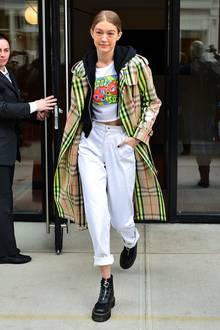 Lässig-verspielt mit Motto-Shirt, weißer Jeans und Burberry-Mantel mit Neon-Look verbringt das vielgebuchte Topmodel Gigi Hadid eine ihrer Pausen zwischen den Fashion-Shows.