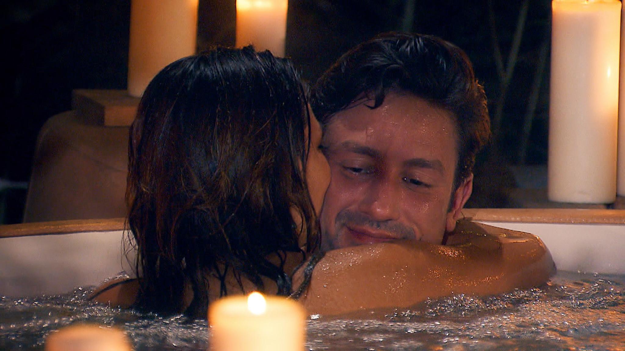 Kristina und Daniel kommen sich im Whirlpool näher