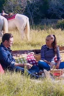 Nach dem Ausritt hat Daniel noch ein Picknick vorbereitet, bei dem er Samira (m.) und Kristina (r.) näher kennenlernt.