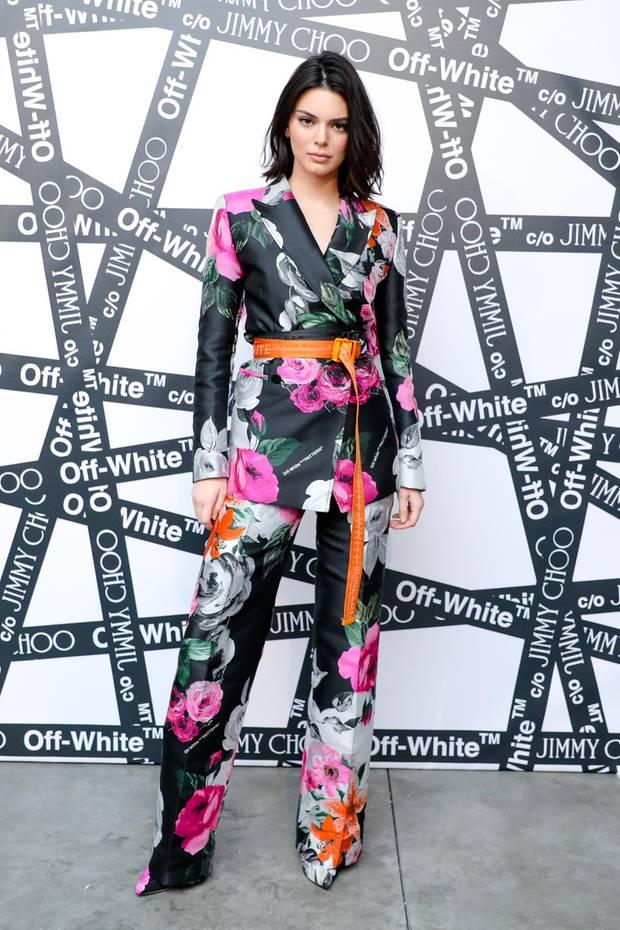 Während der New York Fashion Week laden Jimmy Choo und Off-White zum stylischen Dinner ein. Dieses Highlight lockt die bekanntesten It-Girls an. Wie auch Kendall Jenner, die in einem blumigen Zweiteiler mit Asian-Touch erscheint.