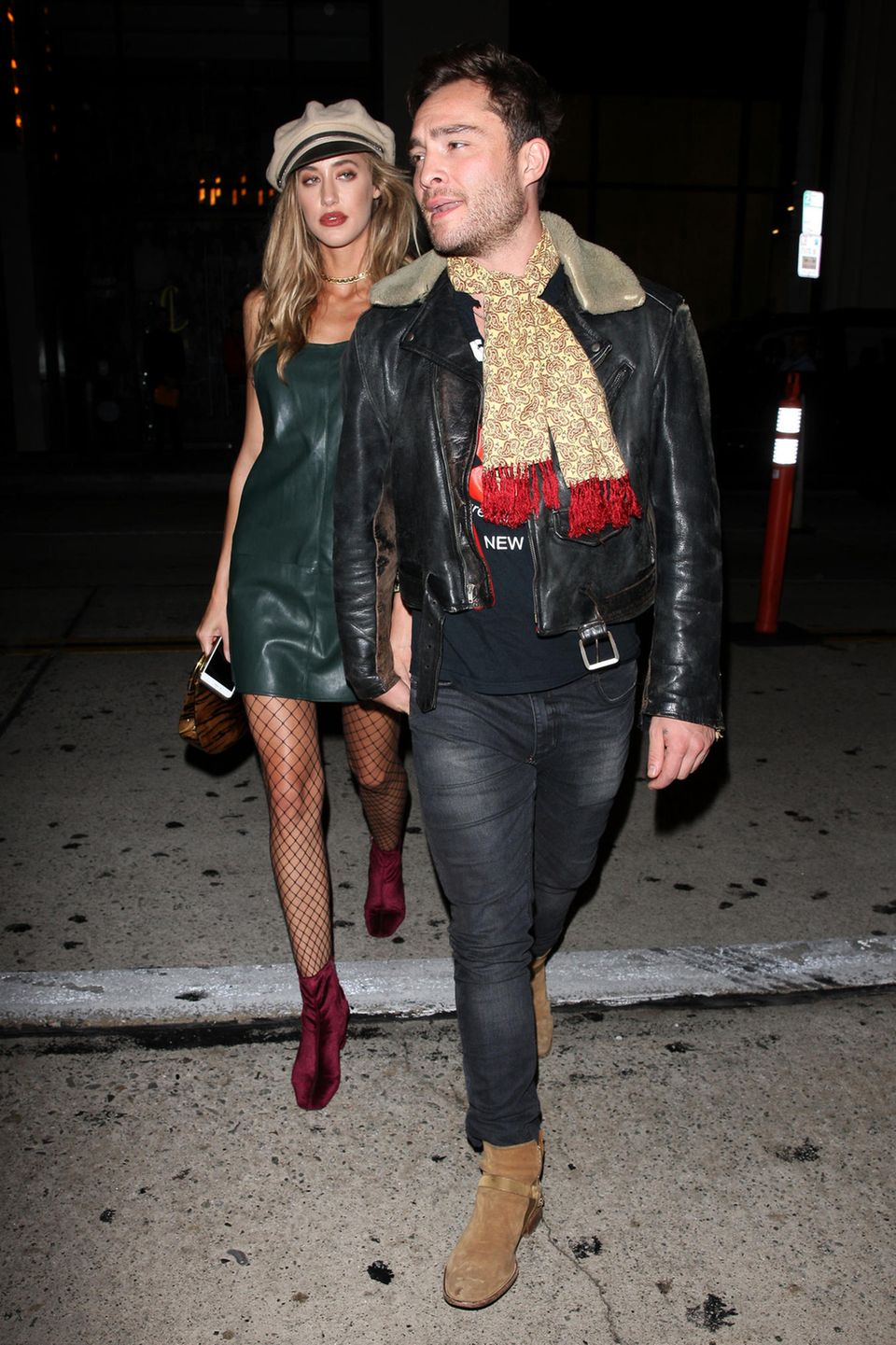 Ed Westwick und seine Freundin Jessica Serfaty haben sich für ihr Dinner Date-in Hollywood mit diesem alten Biker-Look in Leder bestimmt abgesprochen.