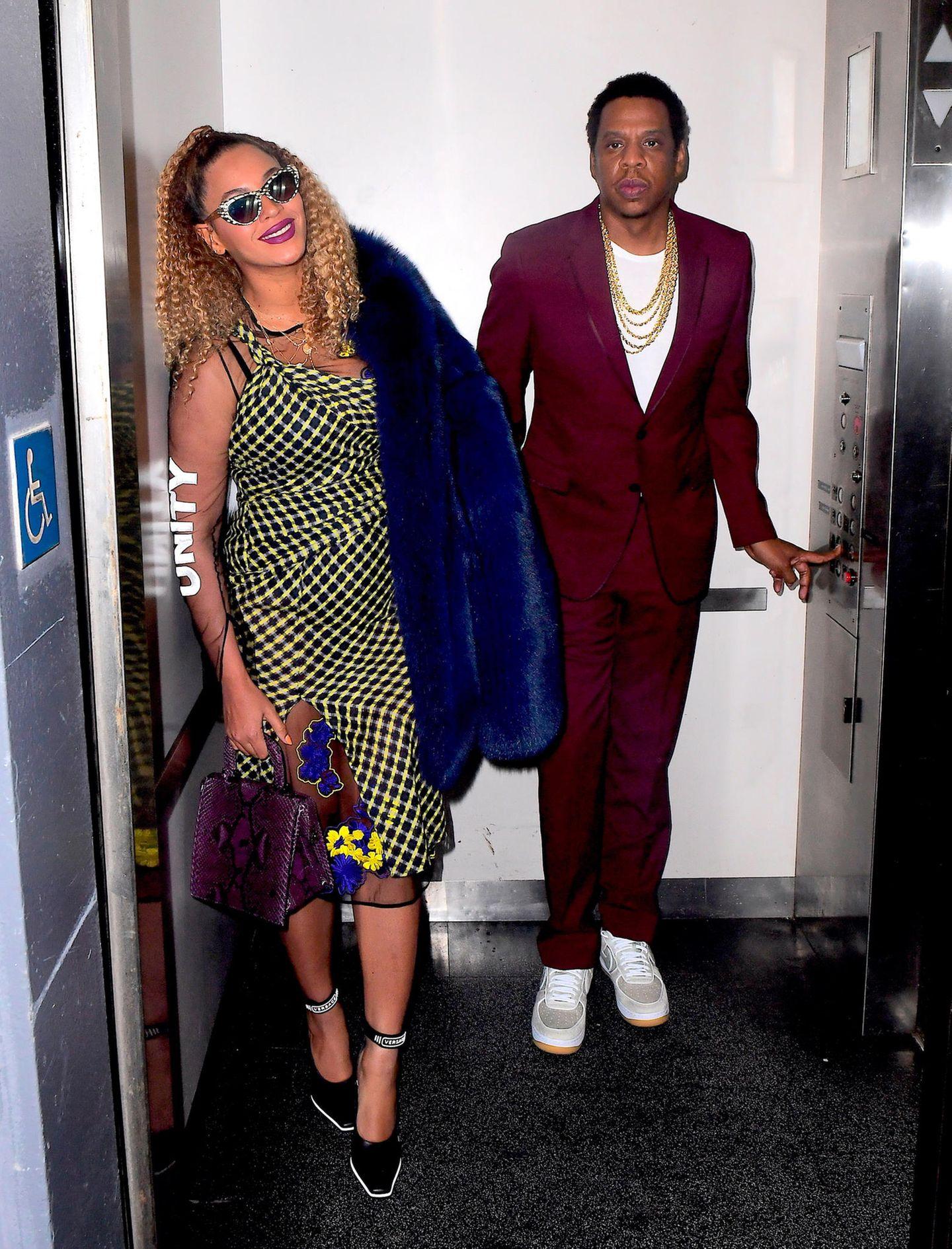 Für seine Geburtstagsparty haben Power-Paar Jay-Z und Beyoncé sich besonders in Schale geworfen. Ihr Muster-Dress und die blaue Fell-Jacke treffen auf seinen lässig-eleganten weinroten Anzug.