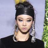 Was Accessoires und Kopfschmuck betrifft, lautet die Devise bei der Tom Ford Show der New Yorker Fashion Week: Weniger ist mehr! XXL-Ohrringe, breite Haarbänder und hochgesteckte Haare sorgen für einen coolen Look, der mit dunklen, verwischten Smokey Eyes abgerundet wird.
