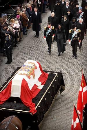 In einem Trauerzug ging es dann in die Domkirche von Roskilde. Tief verschleiert liefen Königin Margrethe (1. Reihe Mitte) und ihre beiden Schwestern Benedikte und Anne-Marie (2. Reihe Mitte, rechts und links) hinter dem Sarg der Mutter.