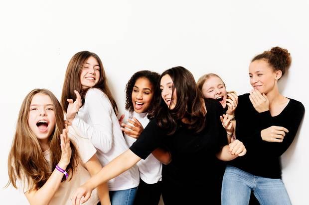 """Aliya Ilgin (3. v. r.) und ihre Freundinnen protestieren mit dem Song """"Not Heidis Girl"""" gegen die 13. Staffel GNTM"""