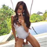 """Oh là là Jessica schießt ein ganz schön heißes Bild am Pool auf den Malediven. """"Spiegel Selfie an dem wohl schönsten Ort"""", postet die schöne Bachelorette."""