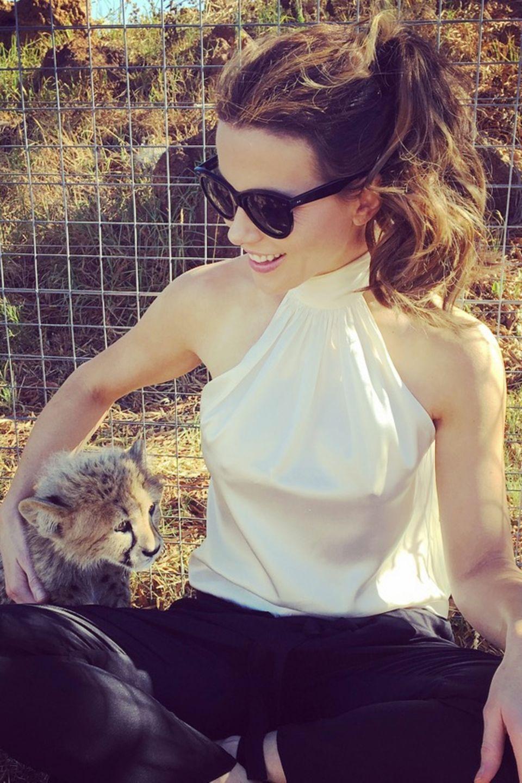 Kate Beckinsale kuschelt in Südafrika mit kleinen Gaparden-Babys.