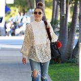 Weite Boho-Bluse, zerrissene Jeans, flache Slipper - so lässig schlendert Jessica Biel durch West Hollywood.
