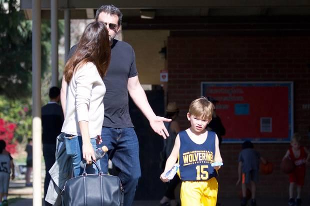 Jennifer Garner und Ben Affleck diskutieren eine ganze Weile miteinander. Dass ihr Sohn Samuel direkt daneben steht, scheint das das Ex-Paar nicht zu stören.